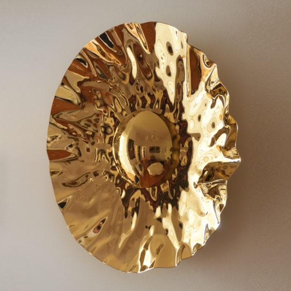 Sculpture soleil en laiton martelé. Pièce unique signée Jonathan Soulié