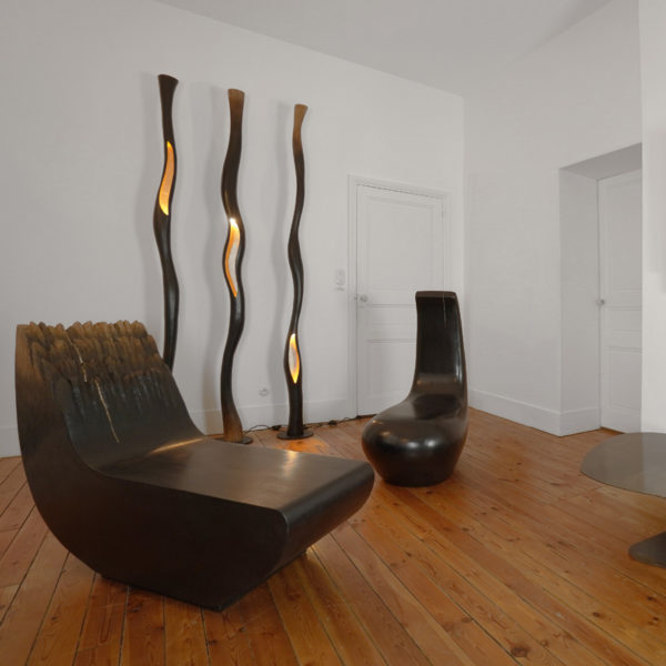 Lampadaire original et poétique en chêne massif et feuille d'or signé Hoon Moreau, artiste designer d'objets uniques en bois sculpté