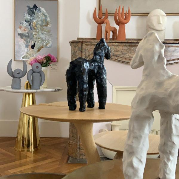 Statuettes en argile blanche signées Dainche, artiste contemporain