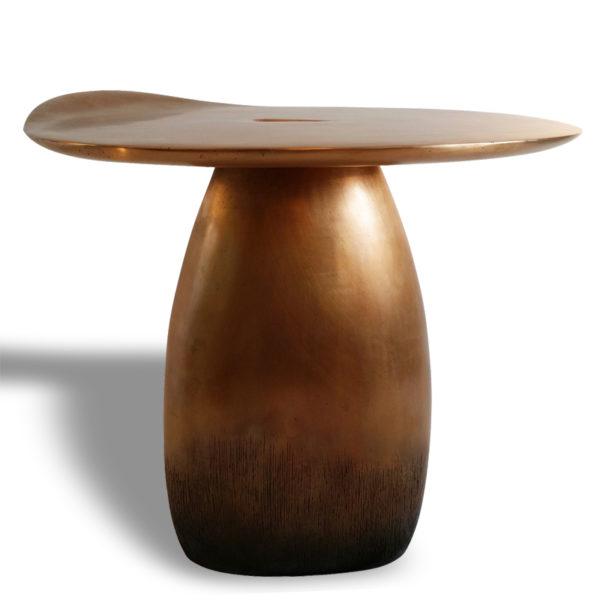 Table d'appoint poétique en chêne massif signée Hoon Moreau, artiste designer de meubles uniques en bois sculpté