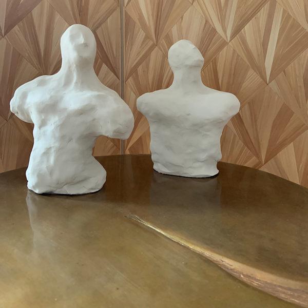 Sculptures de bustes en argile blanche signés Dainche, artiste contemporain