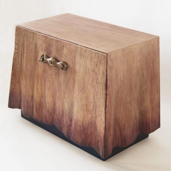 Table de chevet en chêne et bronze signée Hoon Moreau, artiste designer de meubles uniques en bois sculpté