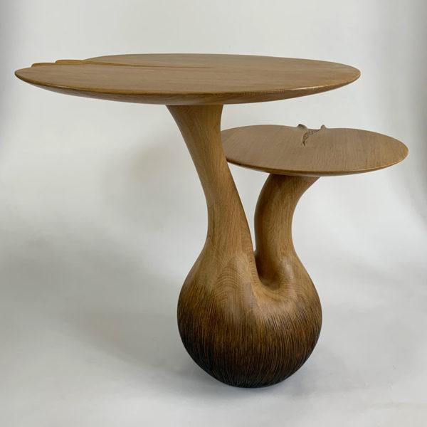 Table d'appoint poétique en chêne massif et feuille d'or, signées Hoon Moreau, artiste designer de meubles uniques en bois sculpté