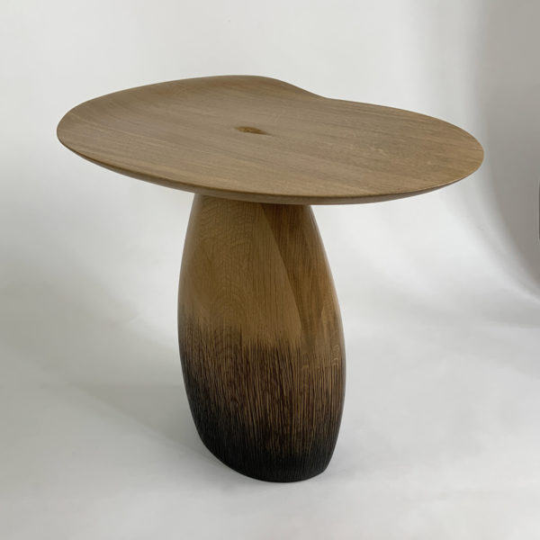 Table d'appoint design poétique en chêne massif signée Hoon Moreau, artiste designer de meubles uniques en bois sculpté