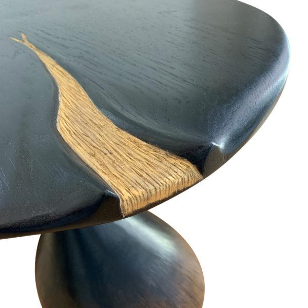 Paire de tables d'appoint en chêne massif signées Hoon Moreau, artiste designer de meubles uniques en bois sculpté