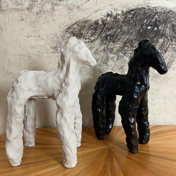 Sculpture de cheval en argile blanche signée Dainche, artiste contemporain