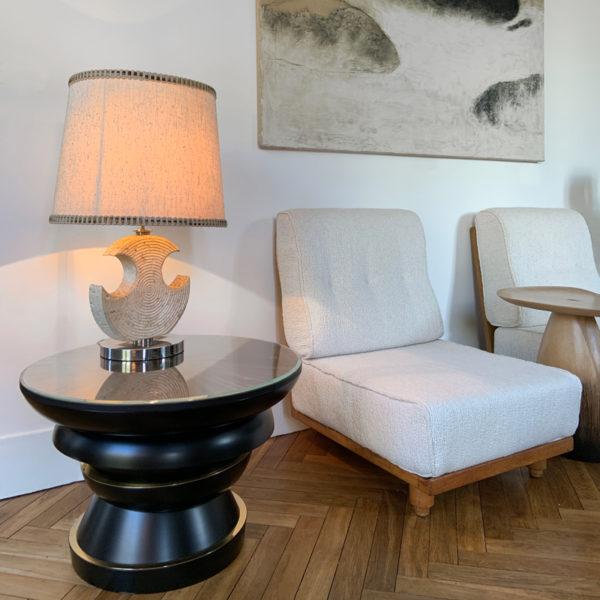 Grande table d'appoint en laque noire, laiton et marqueterie de paille, signée Antoine Vignault