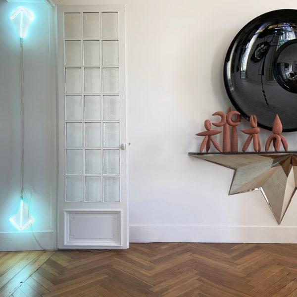 Décoration murale contemporaine en néon signée Daniel Firman, artiste sculpteur plasticien