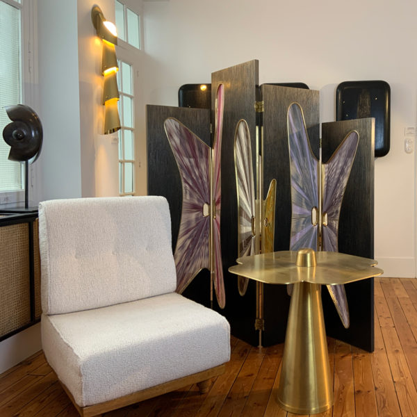 Table d'appoint en laiton brossé signée Aurelia Bire, designer de meubles et objets d'exception