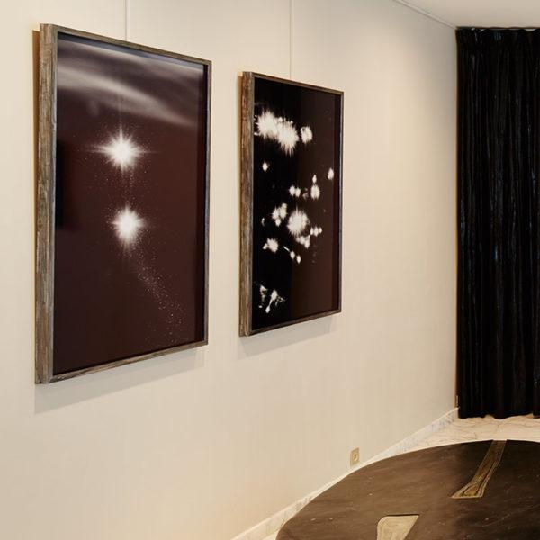 Photo artistique des reflets de la lumière sur l'eau et des constellations en noir et blanc, par Laurent Laporte