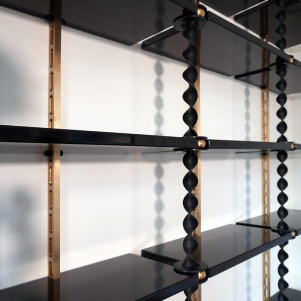 Bibliothèque d'exception en acier torsadé et laiton, modulable, signée Antoine Vignault, artiste designer à Toulouse