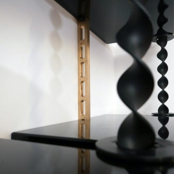 Texte alternatifBibliothèque d'exception en acier torsadé et laiton, modulable, signée Antoine Vignault, artiste designer à Toulouse
