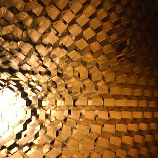 Lampe ruche sculpturale en nid d'abeille aluminium signée Vincent Poujardieu, designer de meubles et luminaires d'exception