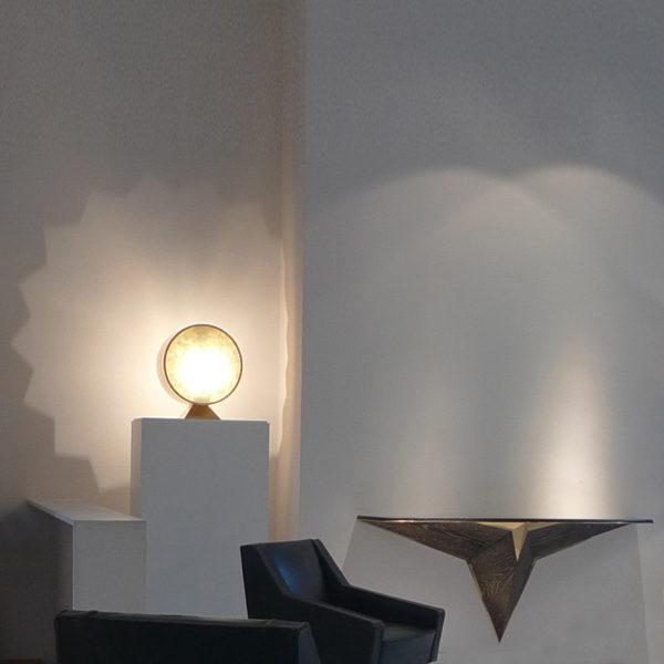 Lampe sculpture en laiton doré et verre coulé signée Antoine Vignault, artiste designer à Toulouse