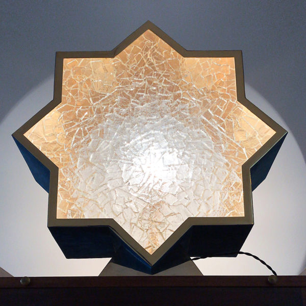 Lampe sculpture en laiton doré, nubuck et verre coulé, signée Antoine Vignault, artiste designer à Toulouse