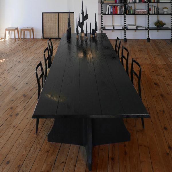 Grande table de salon en chêne massif et teinté noir, inspirée des réfectoires de monastère, signée Antoine Vignault