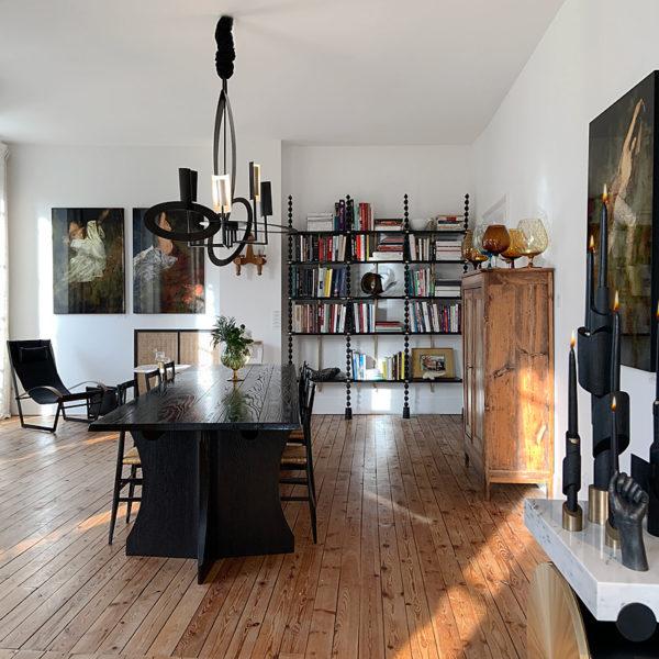Fauteuil design contemporain en acier, cuir et noyer signé Pierre Mounier, designer français basé à Bordeaux.