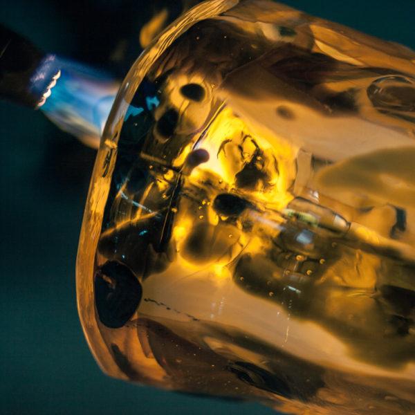 Vase en verre soufflé unique et coloré imaginé par Vincent Poujardieu et réalisé par le maître verrier français Alain Guillot