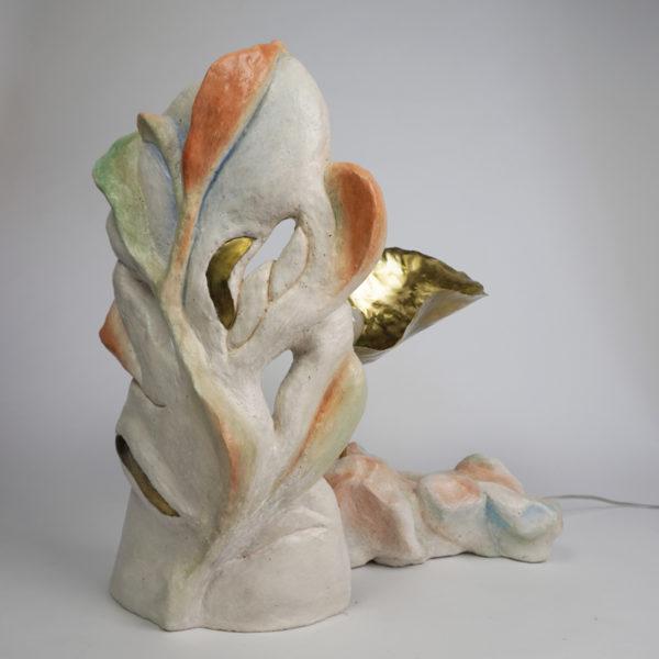 Sculpture lumineuse poétique en stuc, pigments et laiton, signée