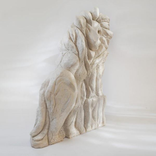 Sculpture de lion en stuc et laiton. Pièce unique signée Bella Hunt & DDC